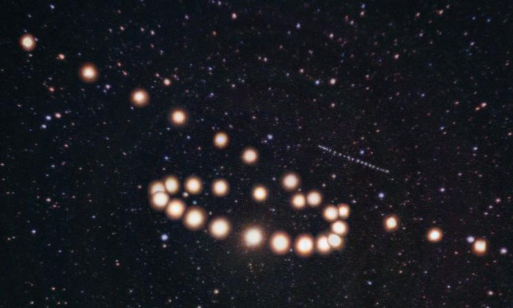 The retrograde motions of Mars and Uranus in 2003 (Tunc Tezel) A composite image created by superimposing images taken on twenty-nine different dates.